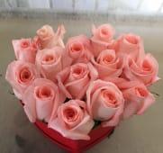 Scatola a forma di cuore di rose rosa