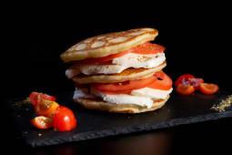 Pancake mozzarella, pomodoro e basilico