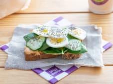 Toast aguacate, huevo a la plancha, chia y Lima