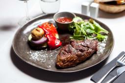 Ribeye steak din black angus argentina cu cartofi gratinati si legume la gratar