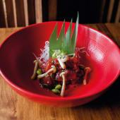 Ensalada de atún picante con verduras salteadas