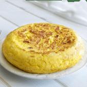 Tortilla de patatas con gulas y langostinos