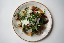 Салат из утиной грудки с луком шалот и кедровыми орешками (285 гр.)