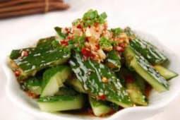 Салат из огурцов в чесночном соусе
