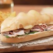 Sándwich croque monsieur en pan lápiz