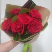 Buchet 11 trandafiri rosii invelit cu ambalaj asortat