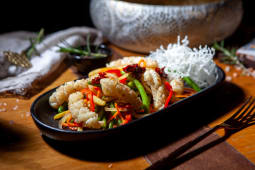 Calamar stir & fry cu legume si sos picant