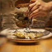 Alcachofas a la brasa con velo de tocino ibérico y jamón