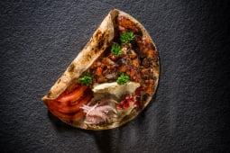 Kebab de pui cu sos de vinete și rodii