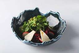 Салат из свеклы и микса сыров с добавлением овощей и микс-салата