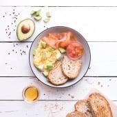 Huevos revueltos con salmón y aguacate