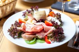 Salata Sfiziosa  prosciutto crudo, burrata afumata + foccacia