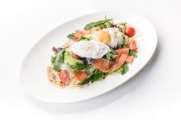 Яйцо пашот с сыром кремета на злаковом хлебе