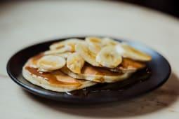 Pancakes cu sirop de artar si banane