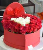 Cutie inima cu 25 trandafiri albi-rosii