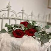 Ramo de tres rosas y eucalipto