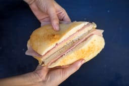 Sándwich árabe de jamón y queso