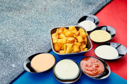 Cartofi prăjiți + sos