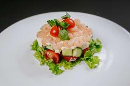 Salată stratificată cu creveti