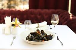 Scoici mariniere cu sos de vin si telina verde