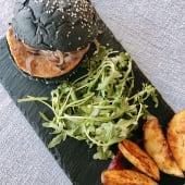 Hambúrguer Artesanal de Salmão em (pão) caco de tinta de choco