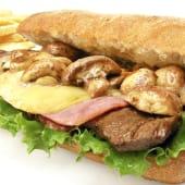 Sándwich de Lomito con Champiñones Jamón y Queso