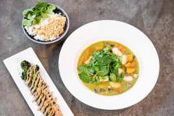 Curry verde de calabaza y otras verduras frescas