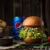 Бургер з слабосоленим лососем, картопля, Pepsi і соус