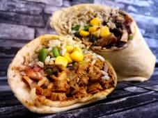Burrito de pollo con frijoles negros y salsa de chipotle suave