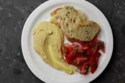 Хумус  с салатом из помидор