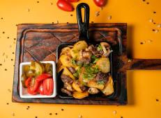 Жареный картофель с телятиной и грибами
