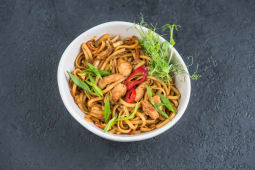 Локшина яєчна wok з куркою