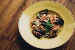 Тальятеле у томатному соусі з лососем та креветками (320г)