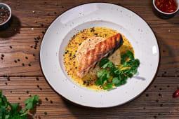 Ніжний стейк лосося з кускусом та шафрановим соусом (295г)