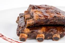 Coaste de porc cu sos BBQ