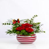 Aranjament rosa cu mixt floral green în vas de ceramică roșu