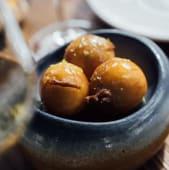 Buñuelo de queso Mahón con miel cítrica (1 uds)