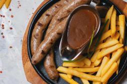 Говяжьи колбаски с картофелем фри