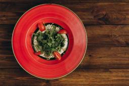 Хумус з авокадо мусом, томатами та сезонною запашною зеленню (200г)