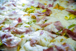 Fiori di zucca e bacon o prosciutto cotto