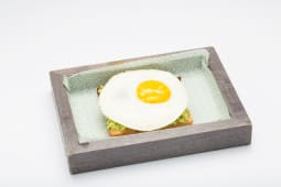 Double avocado toast con uovo sunny side up