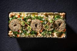 Kebun de falafel cu hummus, tahina și tabbouleh