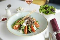 Salata cu muschi de vita si sos gorgonzola cu iaurt