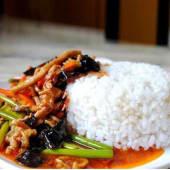 Arroz blanco con pollo al estilo Gonbao (Picante)