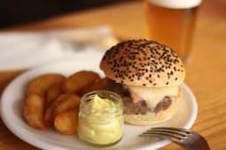 Nuestra Burger Con Bacon Y Mayo De Curry