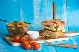 Sandwich cu şuncă şi mozzarella