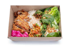 Хрустка курка, рис, сезонні овочі, салат та соуси (500г)