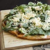 Pizza de rúcula y panceta confitada