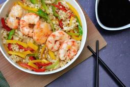 Wok de arroz y langostinos
