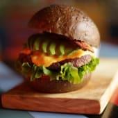 Marios californian burger + acompañamiento  de comete